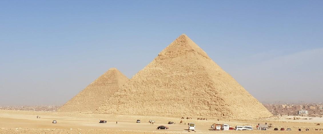 die Pyramiden von Chephren und Cheops auf dem Plateau von Gizeh  hurghada ausflüge