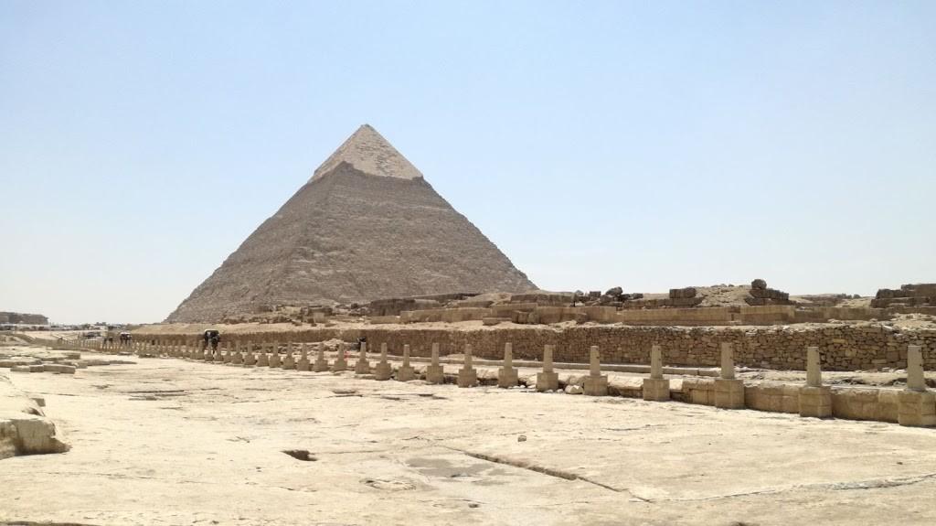 die Pyramide Chephren aud dem Plateau von Gizeh flug hurghada kairo