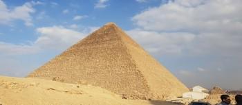 die Cheops Pyramide auf dem Plateau von Gizeh
